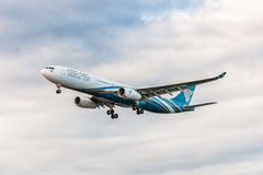 LONDRES, INGLATERRA - 22 DE AGOSTO DE 2016: Aterrissagem de A4O-DD Oman Air Airbus A330 no aeroporto de Heathrow, Londres Fotos de Stock