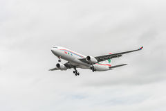 LONDRES, INGLATERRA - 22 DE AGOSTO DE 2016: Aterrissagem de OD-MEE MEA Airlines Airbus A330 no aeroporto de Heathrow, Londres Imagens de Stock