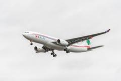 LONDRES, INGLATERRA - 22 DE AGOSTO DE 2016: Aterrissagem de OD-MEE MEA Airlines Airbus A330 no aeroporto de Heathrow, Londres Fotografia de Stock