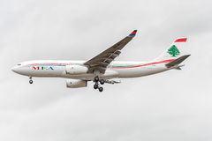 LONDRES, INGLATERRA - 22 DE AGOSTO DE 2016: Aterrissagem de OD-MEE MEA Airlines Airbus A330 no aeroporto de Heathrow, Londres Imagem de Stock Royalty Free