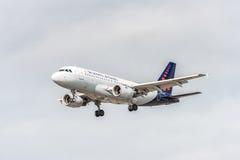 LONDRES, INGLATERRA - 22 DE AGOSTO DE 2016: Aterrissagem de OO-SSI Brussels Airlines Airbus A319 no aeroporto de Heathrow, Londre Fotos de Stock