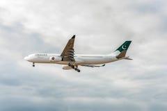 LONDRES, INGLATERRA - 22 DE AGOSTO DE 2016: Aterrissagem de 4R-ALN Pakistan International Airlines SriLankan Airlines Airbus A330 Imagens de Stock