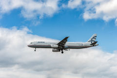 LONDRES, INGLATERRA - 22 DE AGOSTO DE 2016: Aterrissagem de SX-DGT Aegean Airlines Airbus A321 no aeroporto de Heathrow, Londres fotografia de stock royalty free