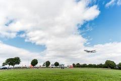 LONDRES, INGLATERRA - 22 DE AGOSTO DE 2016: Aterrissagem de SX-DGT Aegean Airlines Airbus A321 no aeroporto de Heathrow, Londres Foto de Stock Royalty Free