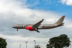 LONDRES, INGLATERRA - 22 DE AGOSTO DE 2016: Aterrissagem grande de Airbus A330 da libré de A9C-KB Gulf Air Barém Prix no aeroport Foto de Stock