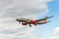 LONDRES, INGLATERRA - 22 DE AGOSTO DE 2016: Aterrissagem grande de Airbus A330 da libré de A9C-KB Gulf Air Barém Prix no aeroport Fotografia de Stock Royalty Free