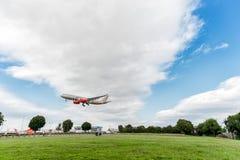 LONDRES, INGLATERRA - 22 DE AGOSTO DE 2016: Aterrissagem grande de Airbus A330 da libré de A9C-KB Gulf Air Barém Prix no aeroport Fotos de Stock