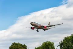 LONDRES, INGLATERRA - 22 DE AGOSTO DE 2016: Aterrissagem grande de Airbus A330 da libré de A9C-KB Gulf Air Barém Prix no aeroport Fotografia de Stock