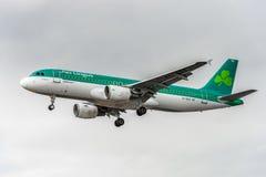 LONDRES, INGLATERRA - 22 DE AGOSTO DE 2016: Aterrizaje de aeroplano de EI-EDS Aer Lingus Airbus A320 en el aeropuerto de Heathrow Fotos de archivo