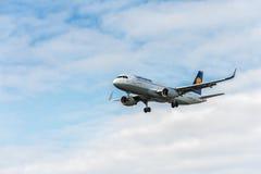 LONDRES, INGLATERRA - 22 DE AGOSTO DE 2016: Aterrizaje de Airbus A320 de las líneas aéreas de D-AIUS Lufthansa en el aeropuerto d Fotografía de archivo libre de regalías