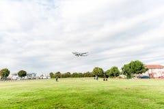 LONDRES, INGLATERRA - 22 DE AGOSTO DE 2016: Aterrizaje de Airbus A321 de las líneas aéreas de OH-LZL Finnair en el aeropuerto de  Imagen de archivo libre de regalías