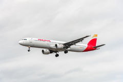 LONDRES, INGLATERRA - 22 DE AGOSTO DE 2016: Aterrizaje de Airbus A321 de las vías aéreas de EC-ILP Iberia en el aeropuerto de Hea Foto de archivo