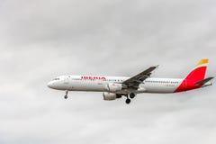 LONDRES, INGLATERRA - 22 DE AGOSTO DE 2016: Aterrizaje de Airbus A321 de las vías aéreas de EC-ILP Iberia en el aeropuerto de Hea Imagen de archivo