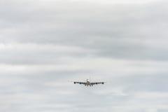 LONDRES, INGLATERRA - 22 DE AGOSTO DE 2016: Aterrizaje de A7-APB Qatar Airways Airbus A380 en el aeropuerto de Heathrow Imágenes de archivo libres de regalías
