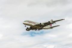 LONDRES, INGLATERRA - 22 DE AGOSTO DE 2016: Aterrizaje de A7-APB Qatar Airways Airbus A380 en el aeropuerto de Heathrow Fotografía de archivo libre de regalías