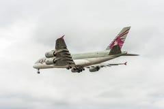 LONDRES, INGLATERRA - 22 DE AGOSTO DE 2016: Aterrizaje de A7-APB Qatar Airways Airbus A380 en el aeropuerto de Heathrow Imagen de archivo