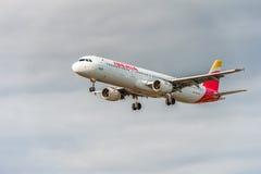 LONDRES, INGLATERRA - 22 DE AGOSTO DE 2016: Aterrizaje de EC-IXD Iberia L.A.E. Airbus A321 en el aeropuerto de Heathrow, Londres Fotos de archivo libres de regalías