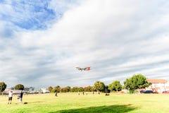LONDRES, INGLATERRA - 22 DE AGOSTO DE 2016: Aterrizaje de EC-IXD Iberia L.A.E. Airbus A321 en el aeropuerto de Heathrow, Londres Imagen de archivo