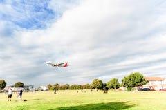 LONDRES, INGLATERRA - 22 DE AGOSTO DE 2016: Aterrizaje de EC-IXD Iberia L.A.E. Airbus A321 en el aeropuerto de Heathrow, Londres Foto de archivo