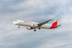 LONDRES, INGLATERRA - 22 DE AGOSTO DE 2016: Aterrizaje de EC-IXD Iberia L.A.E. Airbus A321 en el aeropuerto de Heathrow, Londres Imágenes de archivo libres de regalías