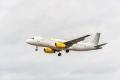 LONDRES, INGLATERRA - 22 DE AGOSTO DE 2016: Aterrizaje de EC-LUN Vueling Airlines Airbus A320 en el aeropuerto de Heathrow, Londr Imagen de archivo libre de regalías