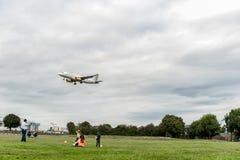 LONDRES, INGLATERRA - 22 DE AGOSTO DE 2016: Aterrizaje de EC-LUN Vueling Airlines Airbus A320 en el aeropuerto de Heathrow, Londr Foto de archivo libre de regalías