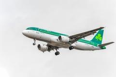LONDRES, INGLATERRA - 22 DE AGOSTO DE 2016: Aterrizaje de EI-DEG Aer Lingus Airbus A320 en el aeropuerto de Heathrow, Londres Imágenes de archivo libres de regalías