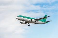 LONDRES, INGLATERRA - 22 DE AGOSTO DE 2016: Aterrizaje de EI-DVE Aer Lingus Airbus A320 en el aeropuerto de Heathrow, Londres Imagenes de archivo