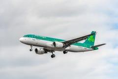 LONDRES, INGLATERRA - 22 DE AGOSTO DE 2016: Aterrizaje de EI-DVE Aer Lingus Airbus A320 en el aeropuerto de Heathrow, Londres Foto de archivo libre de regalías