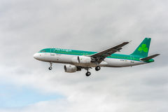 LONDRES, INGLATERRA - 22 DE AGOSTO DE 2016: Aterrizaje de EI-DVE Aer Lingus Airbus A320 en el aeropuerto de Heathrow, Londres Imagen de archivo