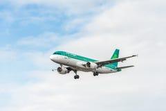 LONDRES, INGLATERRA - 22 DE AGOSTO DE 2016: Aterrizaje de EI-DVI Aer Lingus Airbus A320 en el aeropuerto de Heathrow, Londres Fotos de archivo libres de regalías