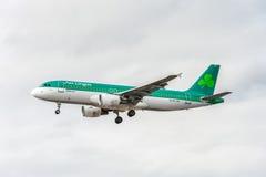 LONDRES, INGLATERRA - 22 DE AGOSTO DE 2016: Aterrizaje de EI-DVI Aer Lingus Airbus A320 en el aeropuerto de Heathrow, Londres Imagen de archivo