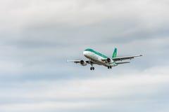 LONDRES, INGLATERRA - 22 DE AGOSTO DE 2016: Aterrizaje de EI-FNJ Aer Lingus Airbus A320 en el aeropuerto de Heathrow, Londres Fotos de archivo libres de regalías