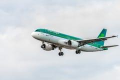 LONDRES, INGLATERRA - 22 DE AGOSTO DE 2016: Aterrizaje de EI-FNJ Aer Lingus Airbus A320 en el aeropuerto de Heathrow, Londres Imagenes de archivo