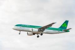 LONDRES, INGLATERRA - 22 DE AGOSTO DE 2016: Aterrizaje de EI-FNJ Aer Lingus Airbus A320 en el aeropuerto de Heathrow, Londres Imagen de archivo libre de regalías