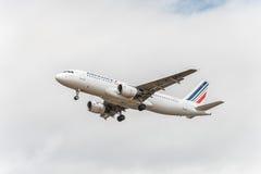 LONDRES, INGLATERRA - 22 DE AGOSTO DE 2016: Aterrizaje de F-GKXL Air France Airbus A320 en el aeropuerto de Heathrow, Londres Imágenes de archivo libres de regalías