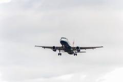 LONDRES, INGLATERRA - 22 DE AGOSTO DE 2016: Aterrizaje de G-EUUA British Airways Airbus A320 en el aeropuerto de Heathrow, Londre Imágenes de archivo libres de regalías
