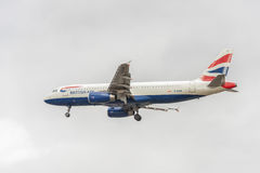 LONDRES, INGLATERRA - 22 DE AGOSTO DE 2016: Aterrizaje de G-EUUB British Airways Airbus A320 en el aeropuerto de Heathrow, Londre Fotografía de archivo