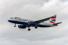 LONDRES, INGLATERRA - 22 DE AGOSTO DE 2016: Aterrizaje de G-EUUR British Airways Airbus A320 en el aeropuerto de Heathrow, Londre Imagen de archivo