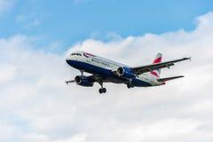 LONDRES, INGLATERRA - 22 DE AGOSTO DE 2016: Aterrizaje de G-EUUR British Airways Airbus A320 en el aeropuerto de Heathrow, Londre Fotografía de archivo libre de regalías