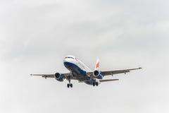 LONDRES, INGLATERRA - 22 DE AGOSTO DE 2016: Aterrizaje de G-EUYE British Airways Airbus A320 en el aeropuerto de Heathrow, Londre Fotos de archivo