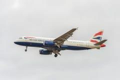 LONDRES, INGLATERRA - 22 DE AGOSTO DE 2016: Aterrizaje de G-EUYJ British Airways Airbus A320 en el aeropuerto de Heathrow, Londre Fotos de archivo