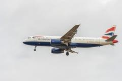 LONDRES, INGLATERRA - 22 DE AGOSTO DE 2016: Aterrizaje de G-EUYJ British Airways Airbus A320 en el aeropuerto de Heathrow, Londre Fotografía de archivo libre de regalías