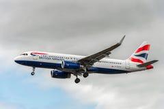 LONDRES, INGLATERRA - 22 DE AGOSTO DE 2016: Aterrizaje de G-EUYV British Airways Airbus A320 en el aeropuerto de Heathrow, Londre Imágenes de archivo libres de regalías