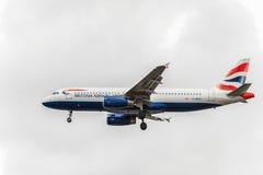 LONDRES, INGLATERRA - 22 DE AGOSTO DE 2016: Aterrizaje de G-MIDO British Airways Airbus A320 en el aeropuerto de Heathrow, Londre Imagen de archivo