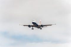 LONDRES, INGLATERRA - 22 DE AGOSTO DE 2016: Aterrizaje de G-MIDO British Airways Airbus A320 en el aeropuerto de Heathrow, Londre Imágenes de archivo libres de regalías