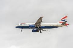 LONDRES, INGLATERRA - 22 DE AGOSTO DE 2016: Aterrizaje de G-TTOB British Airways Airbus A320 en el aeropuerto de Heathrow, Londre Fotografía de archivo libre de regalías