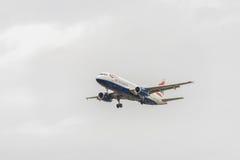 LONDRES, INGLATERRA - 22 DE AGOSTO DE 2016: Aterrizaje de G-TTOB British Airways Airbus A320 en el aeropuerto de Heathrow, Londre Foto de archivo libre de regalías