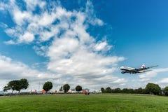 LONDRES, INGLATERRA - 22 DE AGOSTO DE 2016: Aterrizaje de G-XLEJ British Airways Airbus A380 en el aeropuerto de Heathrow, Londre Fotografía de archivo libre de regalías