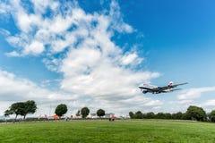 LONDRES, INGLATERRA - 22 DE AGOSTO DE 2016: Aterrizaje de G-XLEJ British Airways Airbus A380 en el aeropuerto de Heathrow, Londre Imagenes de archivo
